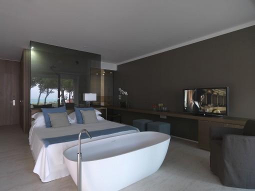Nell'Hotel Mediterraneo di Jesolo, progettato da Parisotto + Formenton Architetti con la collaborazione  di Studio Progest,  Nelle due tipologie di suite le funzioni del riposo e della cura di sé sono perfettamente integrate in uno spazio minimale e rigoroso, aperto totalmente verso il verde e la spiaggia.