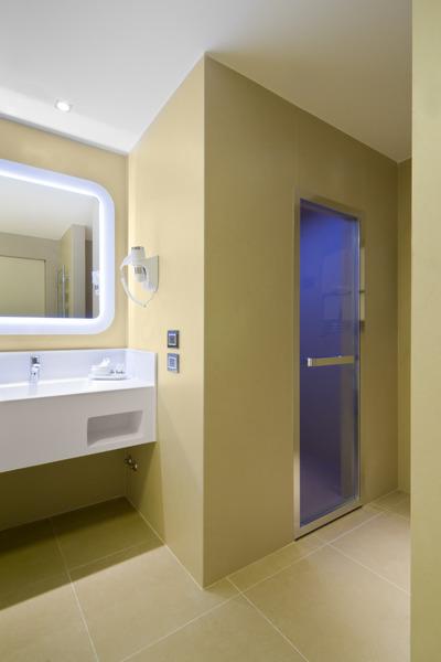 In alcune camere sono stati realizzati hammam su misura, completi di doccia (con piatti doccia sempre in Duralight) e cromoterapia.