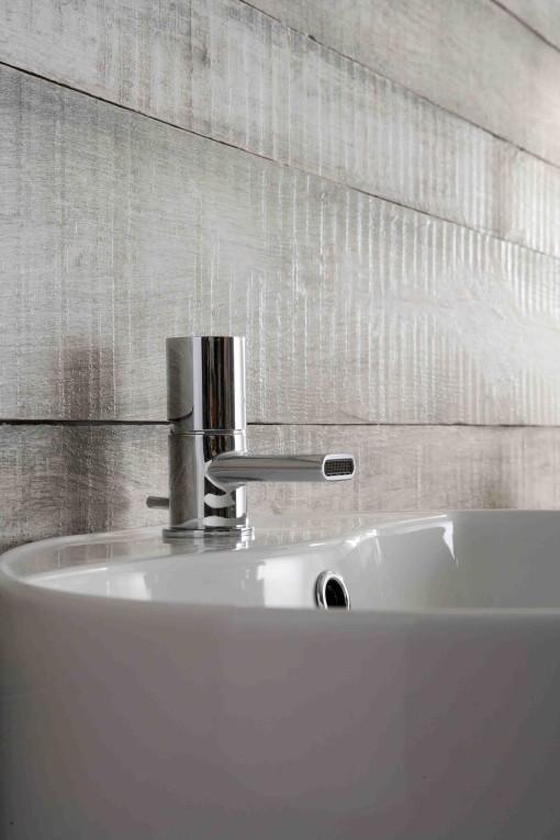 """Forte peculiarità per questa serie di rubinetti il cui nome, Nanotech, indica chiaramente il concetto di """"piccolo"""" ma altamente """"tecnologico"""" a cui si ispira. La novità di questa linea, firmata Gianluca Belli - Phicubo Design, per Treemme, è data dall'inserimento di una bocca a cascata con uscita frontale che permette di ridurre le dimensioni al minimo. Miscelatori lavabo, lavabo medio, lavabo alto, lavabo a parete, bidet, vasca e doccia sono disponibili in versione cromo, cromo nero lucido, bianco lucido."""