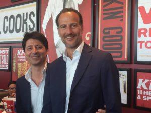 Filippo Caravatti (a sin.) e Corrado Cagnola (ad di KFC Italia) nel nuovo Kentucky Fried Chicken di Bicocca Village